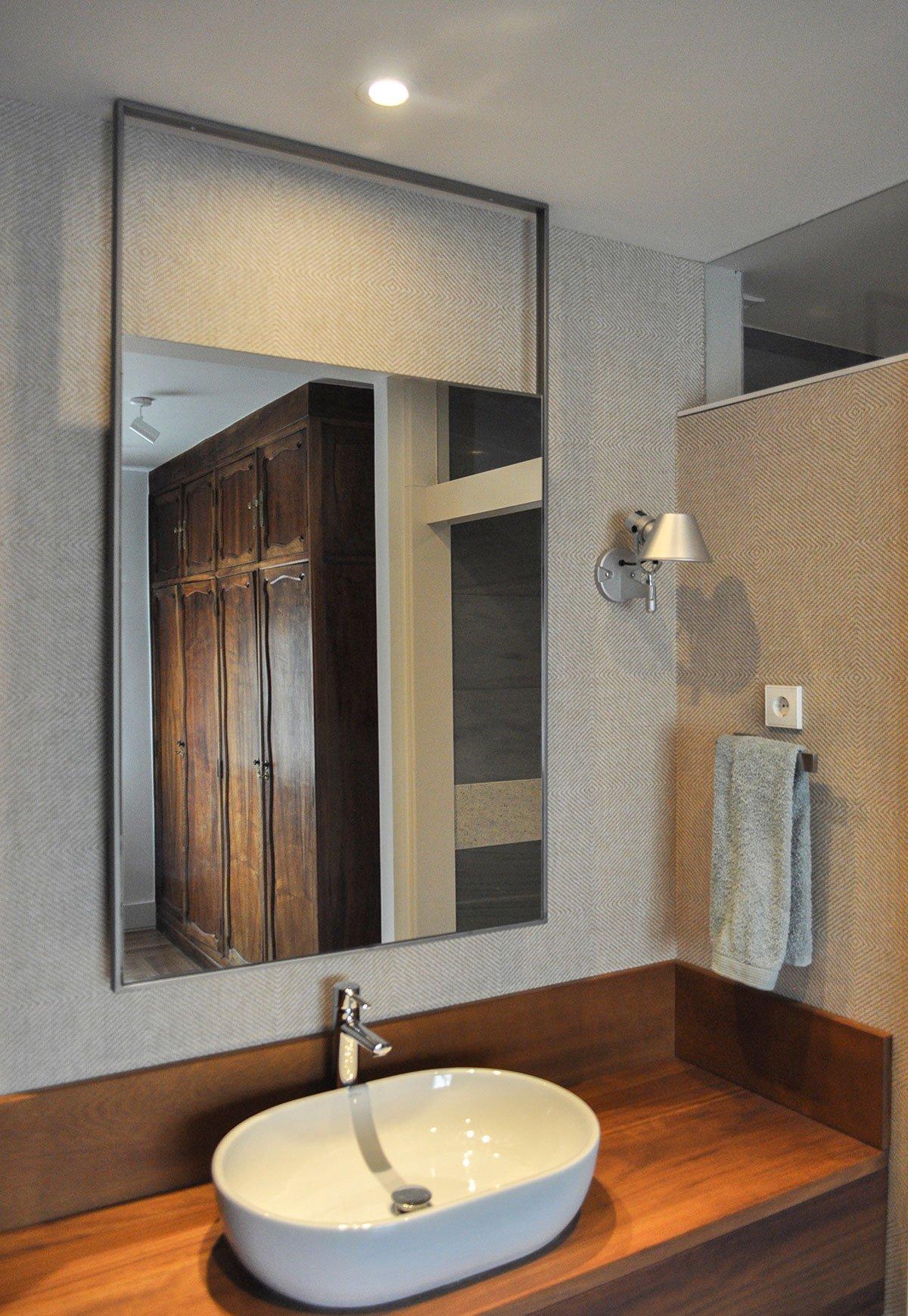 Baño con espejo colgante