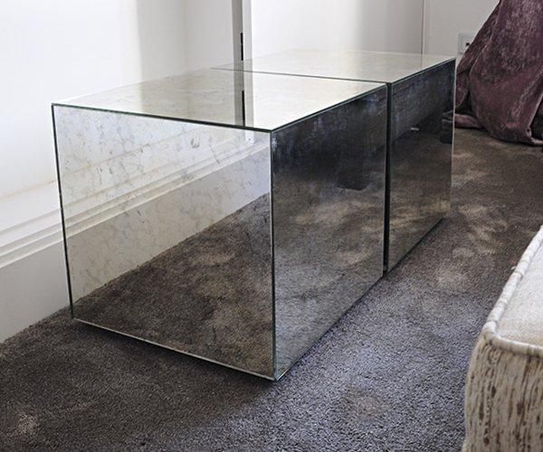 Mesa auxiliar forrada en espejo envejecido